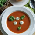 Aus dem Slowcooker: Tomatensuppe mit Kräuterklößchen