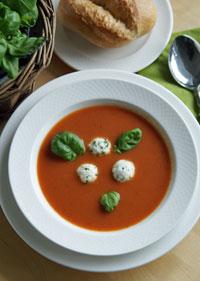 Tomatensuppe mit Kräuterklößchen