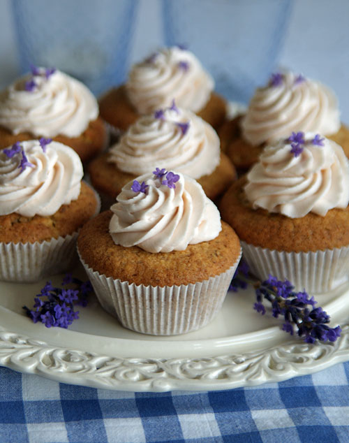essbare bl ten apfel cupcakes mit lavendelsahne crockyblog langsam kocht besser. Black Bedroom Furniture Sets. Home Design Ideas