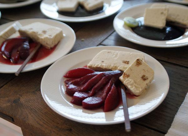 Lebkuchenparfait mit Cassisbirne