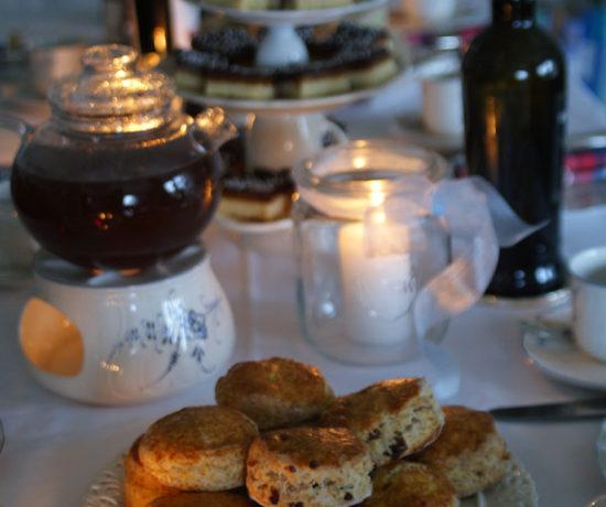 Scones auf der Teetafel