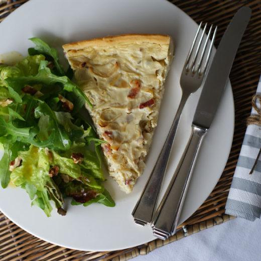 Zwiebelkuchen mit Wildkräuter-Salat