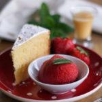 Eierlikörkuchen mit Erdbeersorbet