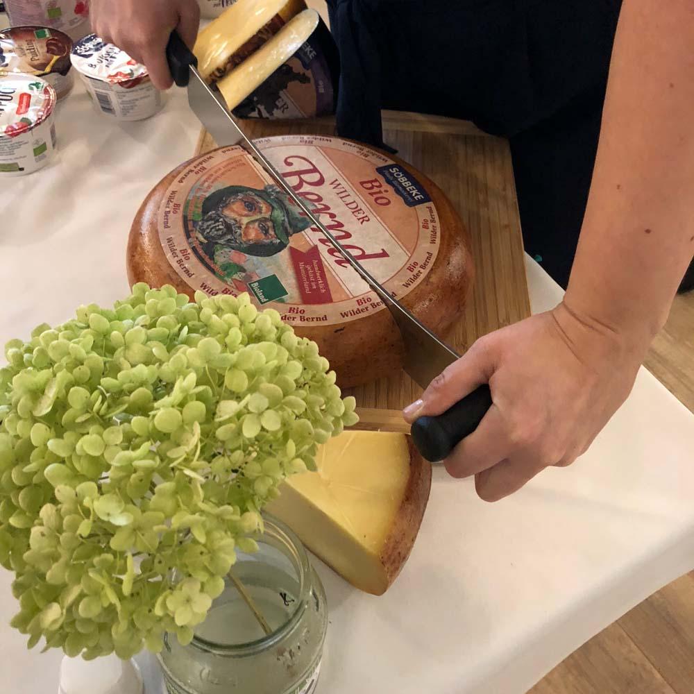 Käseanschnitt in der Biomolkerei Söbbecke
