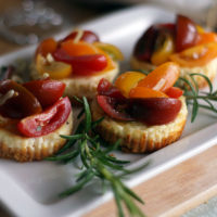 Zum Brunch: Pikante Mini-Cheesecakes mit Tomatensalat