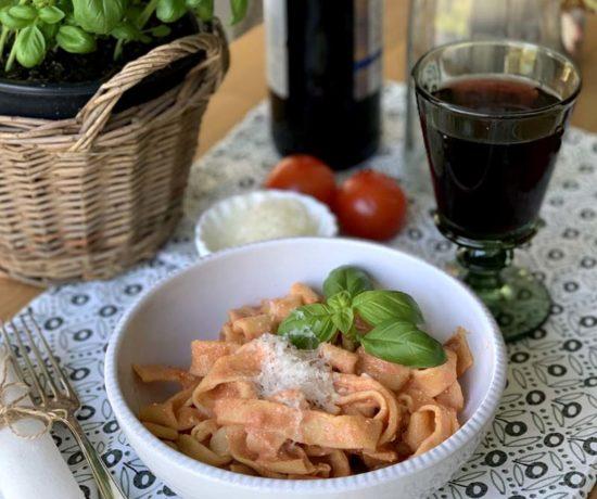 Hausgemachte Pasta mit Tomaten-Ricotta-Sauce